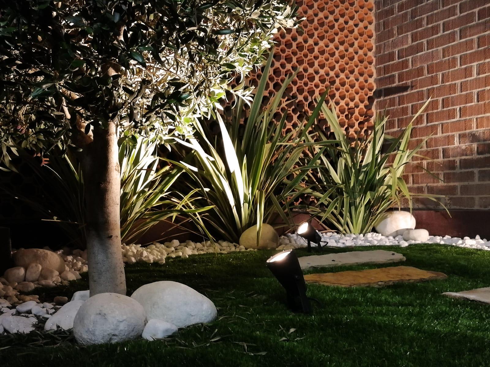 diseño-exteriores-jardineras-noche-CA-05_HIDROJARDIN-Bañeres