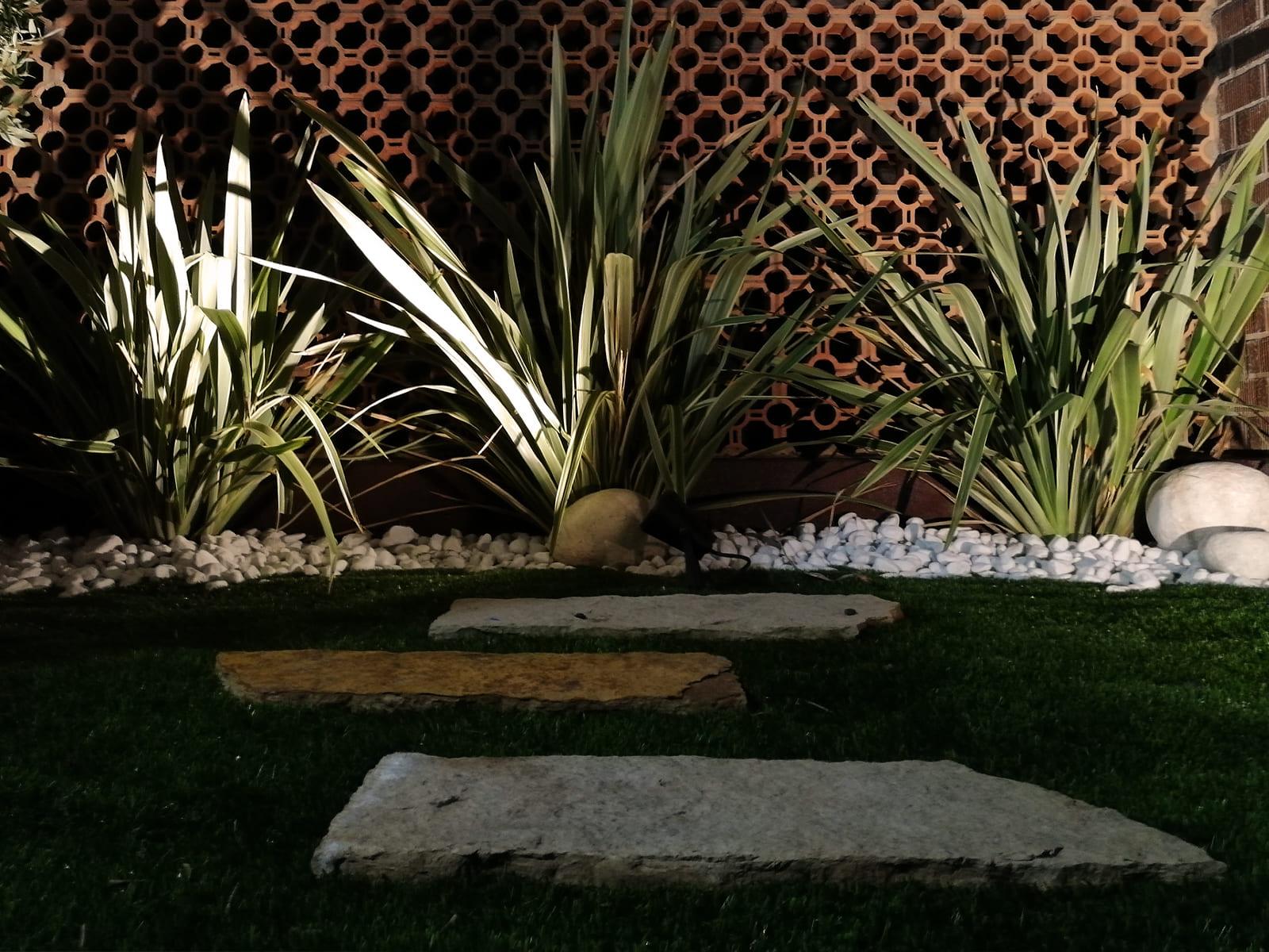 diseño-exteriores-jardineras-noche-CA-06_HIDROJARDIN-Bañeres