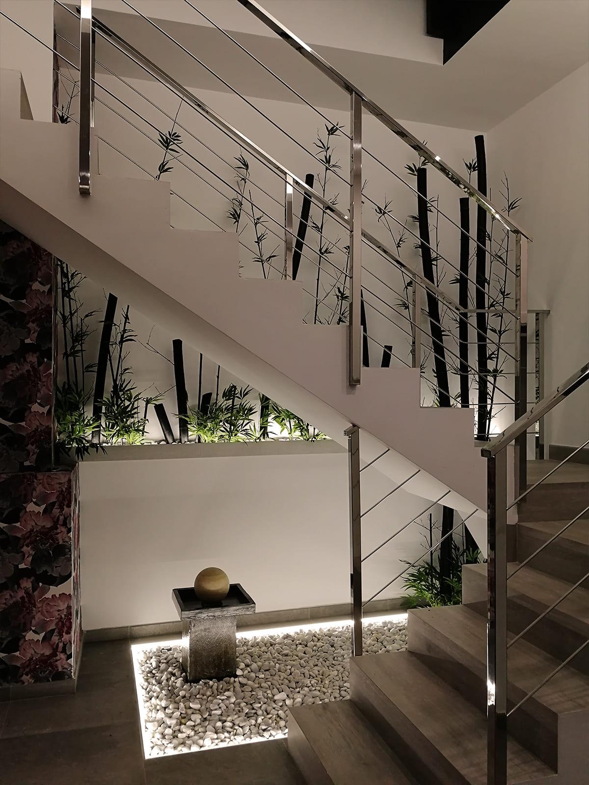 diseño-interiores-entrada-vivienda-escalera-bambu-JM-02_HIDROJARDIN-Bañeres