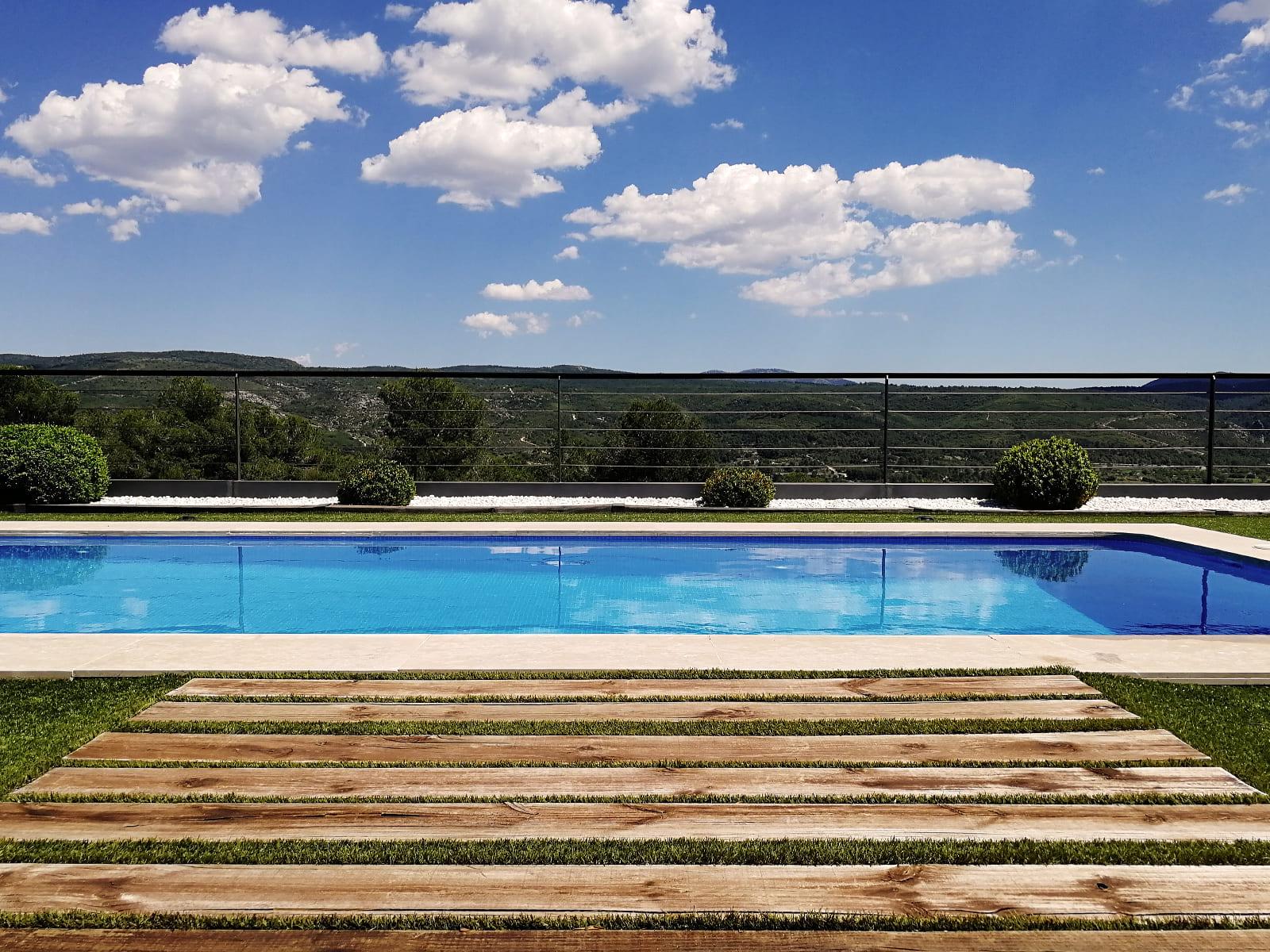 diseño-jardines-piscina-solarium-madera-IJ-12_HIDROJARDIN-Bañeres.jpg